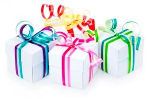 trois cadeaux avec emballages colorés